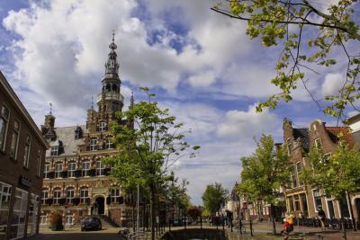 Het in 1594 gereed gekomen Stadhuis van Franeker is gebouwd in Friese renaissancestijl. Het gebouw staat in de Top 100 van rijksmonumenten in Nederland. (© Jan Dijkstra, Houten)