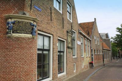 Het Klaarkampster Weeshuis (Godsacker 35) is in 1552 gebouwd als gasthuis. In de periode 1597 tot 1665 diende het als weeshuis. In het gebouw is welzijnsinstelling De Skûle gevestigd. (© Jan Dijkstra, Houten)