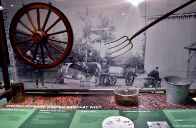 In Museum De Proefkolonie wordt uiteraard met informatiepanelen, foto's en materialen aanschouwelijk gemaakt hoe de kolonisten hier leefden en werkten. Maar naast je ogen worden ook andere zintuigen aangesproken, zoals je gehoor en je reukorgaan.