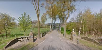 In de volksmond woon je 'op het Friesland'. En sommigen houden om nostalgische redenen liever oude spellingen aan. Zo heet het pand op Frieslandweg 11 't Vriesland. (© van deze en de vorige afbeelding: Google StreetView)