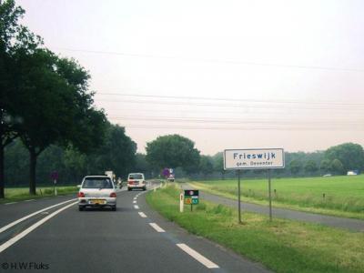 Laat je niet misleiden door deze foto; de buurtschap Frieswijk is een mooi landelijk gebied met fraaie oude boerderijen. Dit is alleen maar de N348 die er langs loopt.