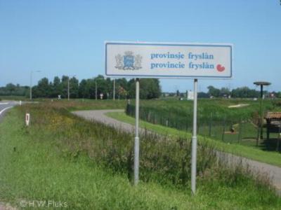 Sinds 1997 heet de provincie Friesland officieel Fryslân, óók in het Nederlands, wat ook blijkt uit dit bord. Nog niet alle 'Hollanders' weten dat. Maar ook Friezen spellen hun provincienaam - en verfrieste plaatsnamen - zelf nog wel eens verkeerd...