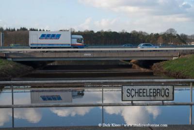 NNO van de dorpskern van Galder overbruggen de A58 en de Daesdonckseweg (d.m.v. de Scheelebrug) vlak naast elkaar de rivier de Mark