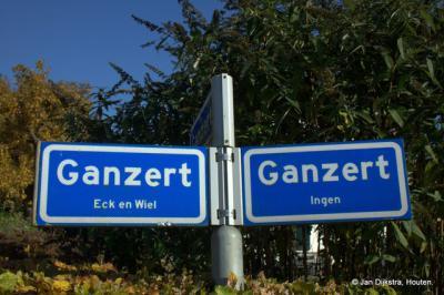 En kom je vanuit Eck en Wiel in de buurtschap Ganzert aan, dan geven deze bordjes aan dat je voor het Eck en Wielse deel linksaf moet, en voor het Ingense deel rechtsaf. Goed gedaan, gemeente Buren! Goed voorbeeld voor soortgelijke situaties elders.