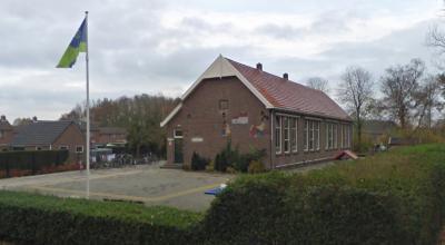 Basisschool De Peppel in Gasselternijveenschemond heeft in dec. 2015 het 100-jarig bestaan van het schoolgebouw gevierd, maar moest na afloop van dat schooljaar helaas de deuren sluiten. Hoe dat zit, kun je lezen onder Recente ontwikkelingen. (© Google)