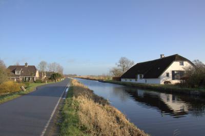 Van links naar rechts: deel van de buurtschap Geer, de Geerkade, de waterloop Geer, en een boerderij in buurtschap Spengen.