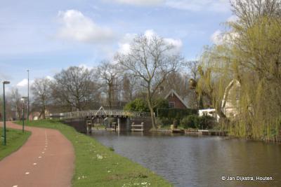 Tussen Harmelen en Woerden zien we buurtschap Geestdorp op de rechteroever van de Oude Rijn