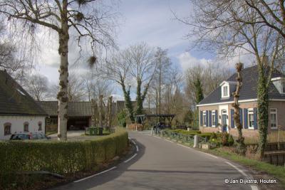En als we de brug over zijn, vanuit buurtschap Breeveld, staan we al gelijk in de prachtige buurtschap Geestdorp