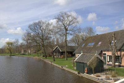 Vanaf de brug over de Oude Rijn hebben we een mooi uitzicht op buurtschap Geestdorp