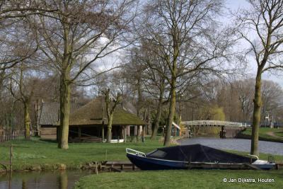 Geestdorp, we zijn hier middenin de buurtschap, dicht bij de oever van de Oude Rijn. Een plaatje van een plaatsje.