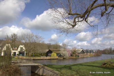 Vanaf buurtschap Breeveld zien we over de Oude Rijn tuincentrum Rodenburg Tuinen liggen in buurtschap Geestdorp