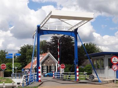 De brug van Geeuwenbrug, over de Drentse Hoofdvaart, die de dorpskern Z van de vaart verbindt met het buitengebied van het dorp N van de vaart. (© Harry Perton / https://groninganus.wordpress.com/2020/06/21/weekend-havelte-e-o)