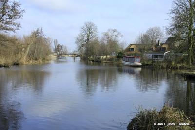 Een inspirerende omgeving voor schilders, de buurtschap en rivier het Gein. Hier kun je toch ook zo een schilderij van maken: meanderend riviertje, mooi boerderijtje, woonscheepje, kwakelbrugje... Wat wil je als schilder nog meer?