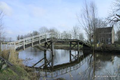 De kwakel over het riviertje het Gein, van dichtbij gezien. Om schepen doorgang te kunnen bieden, werden vroeger deze geknikte houten bruggetjes gebouwd. In deze regio heet dat een kwakel, in Fryslân een heechhout, in Groningen een hoogholtje.