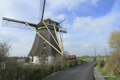 Dit is weer een spelletje 'Wie van de Drie?': hoe heet deze molen? Vanouds heette deze Oostzijdse Molen, later Molen Delphine, en tegenwoordig heet deze Mondriaan Molen. Het waarom van al die namen kun je lezen onder het kopje Bezienswaardigheden.