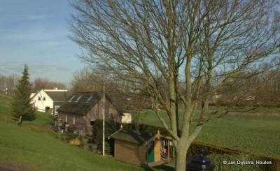 Ieder huis in Gelkenes heeft zijn eigen dam of trap bij de dijk