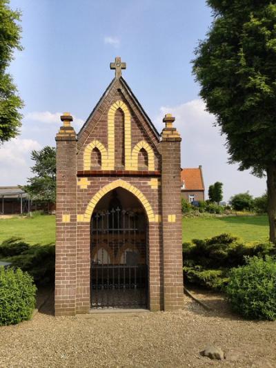 In de buurtschap Gendijk staat een wegkruis en daartegenover de kleine, eenvoudige, maar fraai uitgevoerde Sint Isidoruskapel uit 1930 (© Ab Seijnder/www.alleplaatsenopdefiets.nl)