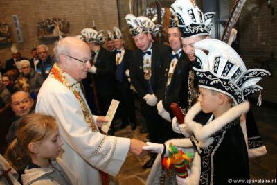 De start van het carnaval wordt jaarlijks in veel dorpen, zo ook in Genhout (op de foto: in 2015), door de pastoor tijdens een H. Mis ingezegend.