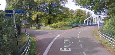 De richtingborden voor de brug maken het er niet duidelijker op; linksaf ga je naar Westbroek en Bunde, naar rechts ga je, over de brug, naar de oude dorpskern van Geulle, die nu Geulle aan de Maas heet. Zet dát dan op het bord i.p.v. 'Geulle-dorp'...
