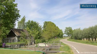 De naam van de Molenweg zal verwijzen naar de ligging nabij de Tiendwegse Molen in (Hardinxveld-)Giessendam, maar de weg zelf valt nog net onder het grondgebied van het dorp Giessen-Oudekerk.