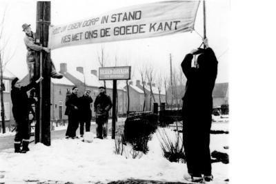 De inwoners van Giessen-Oudekerk waren destijds fel tegen de herindeling van 1957 waarbij het dorp bij de nieuwe gemeente Giessenburg zou komen. Men bleef liever bij Giessendam en liet dat met vele protestborden en spandoeken blijken. 't Mocht niet baten.