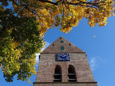 Niet alleen de Pancratiuskerk en zijn toren zijn markant, ook het blauwgeschilderde uurwerk aan de toren is niet alledaags. (© Harry Perton)