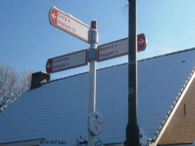 In de omgeving van Gorp en Roovert staan keurige richtingbordjes die je vertellen welke kant je op moet. Maar ter plekke kun je niet aan plaatsnaamborden zien dat je er bent aangekomen... Gelukkig zijn er nog de gelijknamige straatnaambordjes...