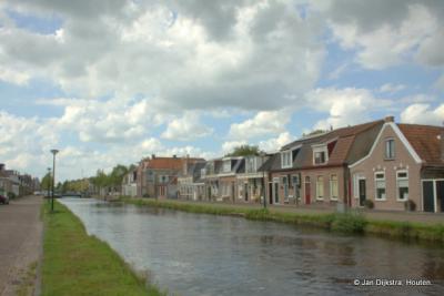 De Nije Feart, met huisjes aan de Langewal stijf tegen elkaar, maar geen een hetzelfde
