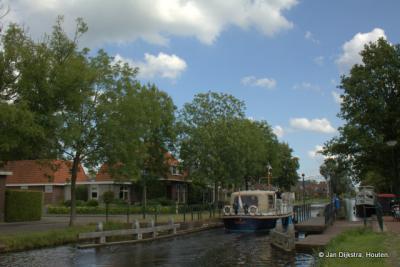 De boot Akkrum verlaat Gorredijk via de Opsterlandse Compagnonsvaart, ook wel Nieuwe Vaart geheten