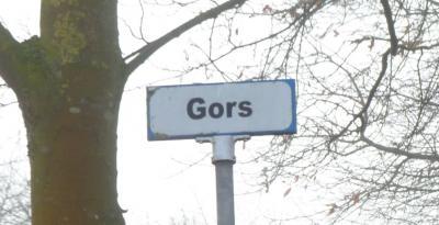 Het straatnaambordje van buurtschap Gors als je vanuit de Klinkstraat in Oudenbosch deze straat binnenkomt is eind 2018 voorzien van een tijdelijke witte naamsticker. Het bordje wordt later vervangen. (© Acronius van der Zweep)