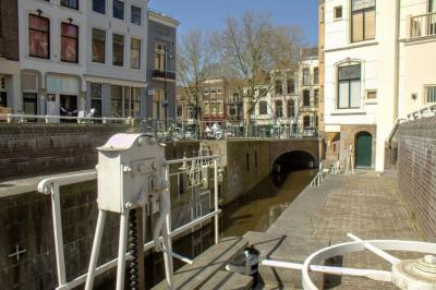 De Donkere Sluis in Gouda is in twee opzichten zeer bijzonder. Met zijn tegenstrooms openende deuren is hij tegenwoordig uniek in Nederland. Én hij maakt samen met de Amsterdamse Sluis en de Havensluis deel uit van het langste sluiscomplex ter wereld.