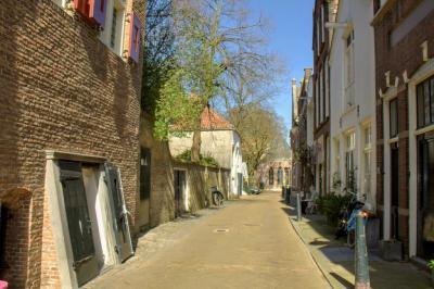 In het oude stadscentrum van Gouda vind je veel zeer oude en zeer fraaie panden, zoals hier in de straat Molenwerf. Deze straat is het oudste gedeelte van Gouda. (© Jan Dijkstra, Houten)