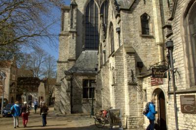 Bij de Sint Janskerk in Gouda. De Sint Janskerk is met een lengte van maar liefst 123 meter de langste kerk van Nederland. Wereldberoemd zijn de 72 gebrandschilderde ramen in de kerk, de zogeheten Goudse Glazen. (© Jan Dijkstra, Houten)
