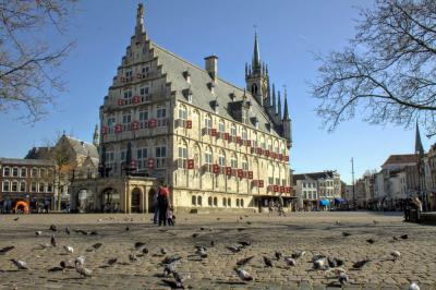 Na een lange stadswandeling, waarvan je enkele foto's hierboven aantreft, komt de fotograaf weer terug bij zijn beginpunt: het prachtige stadhuis van Gouda. (© Jan Dijkstra, Houten)