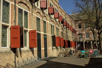 Ook het 17e-eeuwse Weeshuis aan de Spieringstraat in Gouda is een imposant pand. Voor nadere informatie zie http://www.goudsecanon.nl/17/1642/Weeshuis/. (© Jan Dijkstra, Houten)
