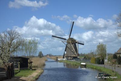 De molen van Goudriaan, gezien vanaf de brug over de Smoutjesvliet. Een mooi Hollands plaatje.