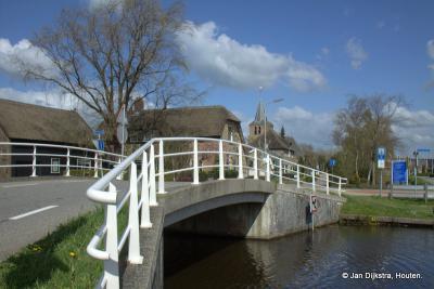 Vanaf de Nieuwpoortseweg de brug over van de Smoutjesvliet en je staat in Goudriaan in het hartje van de Alblasserwaard