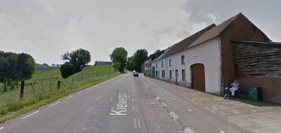 Vrijwel de hele buurtschap Gracht Burggraaf (7 van de 8 woonhuizen) op de foto, met links de kasteelheuvel van het vroegere mottekasteel Burggraaf. (© Google)