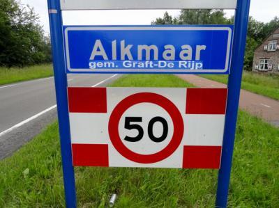 In 2012 zijn er al plannen om de gem. Graft-De Rijp toe te voegen aan de gem. Alkmaar. Een inwoner van die gemeente was het daar blijkbaar niet mee eens en suggereert d.m.v. deze sticker dat het maar andersom moet... (© https://dickwalraven.wordpress.com)