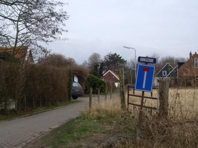 Buurtschap Graszode heeft helaas geen plaatsnaambordjes, zodat je slechts aan het straatnaambordje kunt zien dat je er bent aangekomen. Bij buurtschap Rijkebuurt staan wél fraaie plaatsnaambordjes. Dat moet bij Graszode dan toch ook kunnen? (© H.W. Fluks)