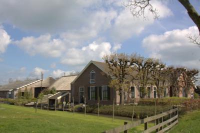 Aan de Kruipin, in het O puntje van buurtschap 's-Gravensloot, staat nu alleen nog de fraaie boerderij van de fam. De Leeuw, die ook wordt vermeld in het artikel over de molen hierboven. (© Jan Dijkstra, Houten)