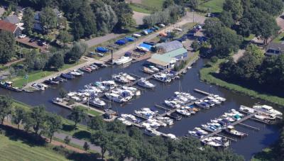 Helemaal aan de rand van buurtschap 's-Gravensloot ligt de prachtige jachthaven met idem accommodatie van Watersportvereniging De Greft. Maar dat ging niet vanzelf; daar hebben ze wél 50 jaar hard aan gewerkt! (© www.degreft.nl)
