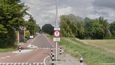 De witte plaatsnaamborden van buurtschap Greup zijn in 2019 dus verdwenen. Voorheen stond op deze plek dit witte bord met blauwe rand. Sinds 2019 staat hier een blauw bord Greup, kort na binnenkomst van de bebouwde kom van Oud-Beijerland vanuit het Z.