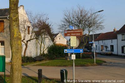 Grevenbicht-Papenhoven, de watermolen ligt wat verscholen in de rij huizen