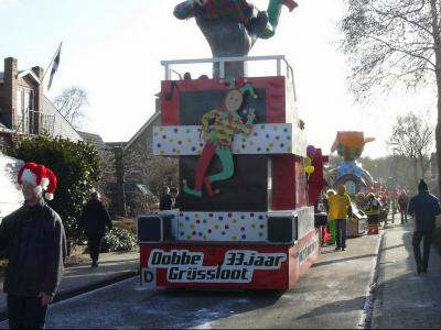 Wijk Dobbe/Grijssloot, oftewel de carnavalswagenbouwgroep uit dit deel van Leens, heeft in 2012 het 33-jarig bestaan gevierd, omdat men in de carnavalswereld voor jubilea in eenheden van 11 jaar rekent. (© Wijk Dobbe/Grijssloot)