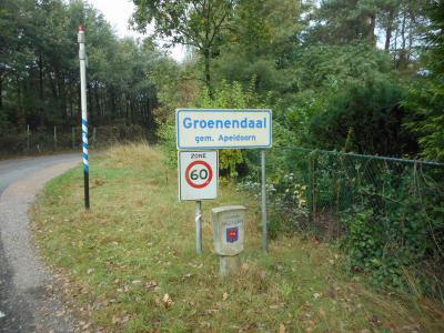 Groenendaal is een buurtschap in de provincie Gelderland, in de streek Veluwe, gemeente Apeldoorn. Naast het plaatsnaambord ook een fraaie grenspaal van de gemeente Apeldoorn. (© Hans van Embden)