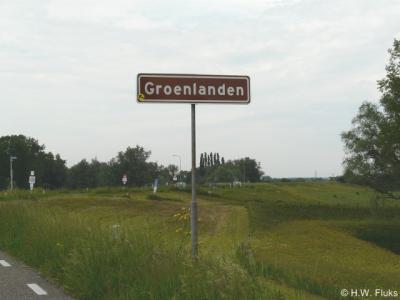 De buurtschap Groenlanden is in 2014 voorzien van plaatsnaamborden, zodat je nu tenminste kunt zien wanneer je er bent aangekomen.