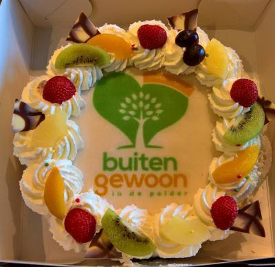 Groetpolder, Laura Rustenburg is in 2015 gestart met zorgboerderij Buitengewoon in de Polder, aan de rand van de polder, bij Lutjewinkel. In 2016 hebben ze het eenjarig bestaan gevierd met een lekkere taart. (© www.facebook.com/buitengewoonindepolder)