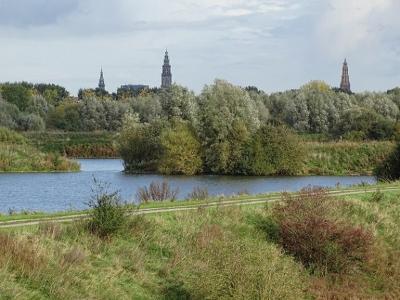 Vanaf deze positie kun je dus deze drie 'landmarks' van de stad Groningen op één foto krijgen: van links naar rechts de Academietoren, de Martinitoren en de A-toren. (© van deze en de vorige foto: Harry Perton / https://groninganus.wordpress.com)