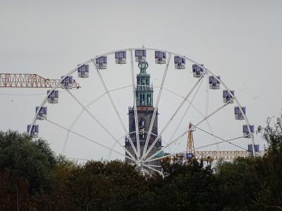 Deze foto van dit 50 meter hoge reuzenrad het Smakenrad, met op de achtergrond de Martinitoren, kon alleen in september-oktober 2020 worden gemaakt. Zie https://www.sikkom.nl/grootste-reuzenrad-van-nl-komt-de-suiker-eten-en-borrelen-op-hoogte